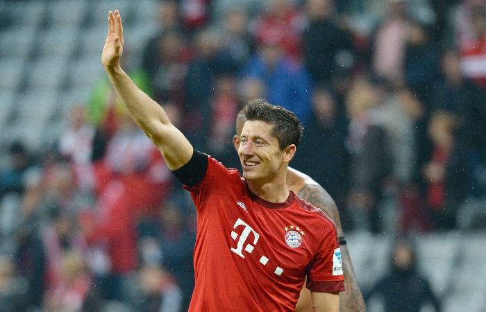epa04944068 Bayern's Robert Lewandowski waves to supporters after the German Bundesliga soccer match between Bayern Munich and VfL Wolfsburg at the Allianz Arena in Munich, Germany, 22 September 2015.  EPA/ANGELIKA WARMUTH (EMBARGO CONDITIONS - ATTENTION: Due to the accreditation guidelines, the DFL only permits the publication and utilisation of up to 15 pictures per match on the internet and in online media during the match.)